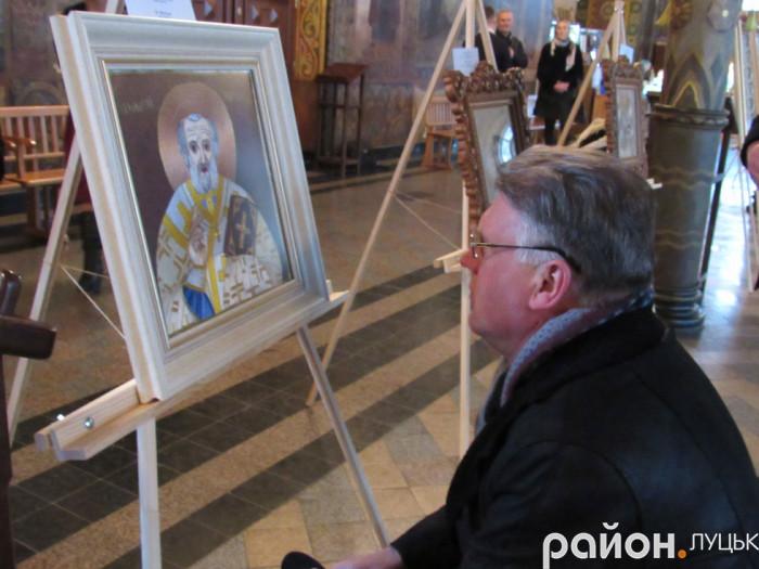 Чоловік розглядає ікону Святого Миколая