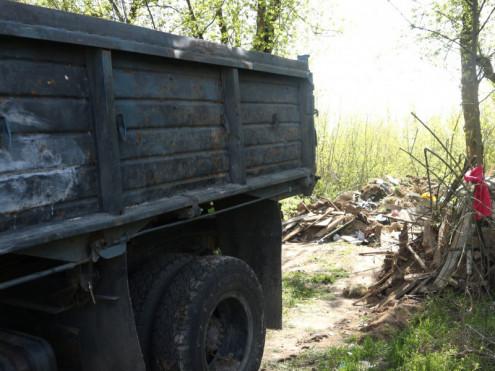 На трасі поблизу Луцька викинули цілу купу сміття