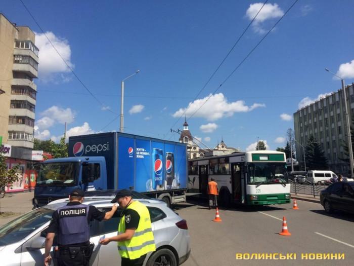 Тролейбусу не вистачило місця для маневру