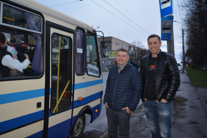 Микола Господарик і В'ячеслав Разумовський власними силами організували доїзд людей із Липин до Луцька (квітень 2021 р.)
