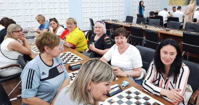 Учасники спартакіади грають шахи