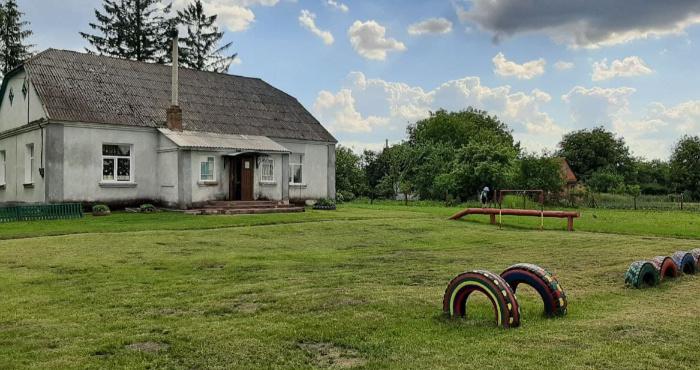 Школа у селі Вишнів