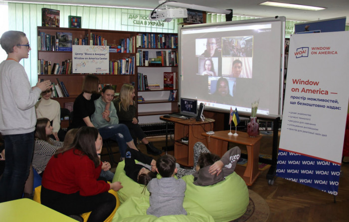 Міжнародний розмовний клуб із Семом Абрамсом, колишнім волонтером Корпусу Миру в Луцьку. Джерело: блог центру «Вікно в Америку»