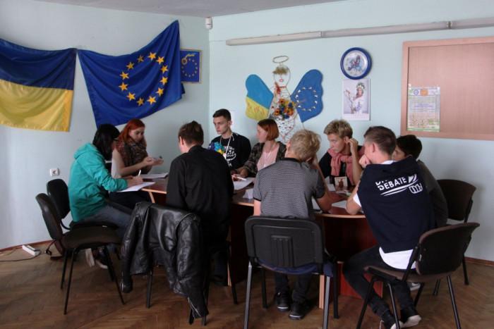 Дебатери з різних міст України дискутують у Центрі європейської інформації. Фото з фейсбук-сторінки Федерації Дебатів України.Волинь