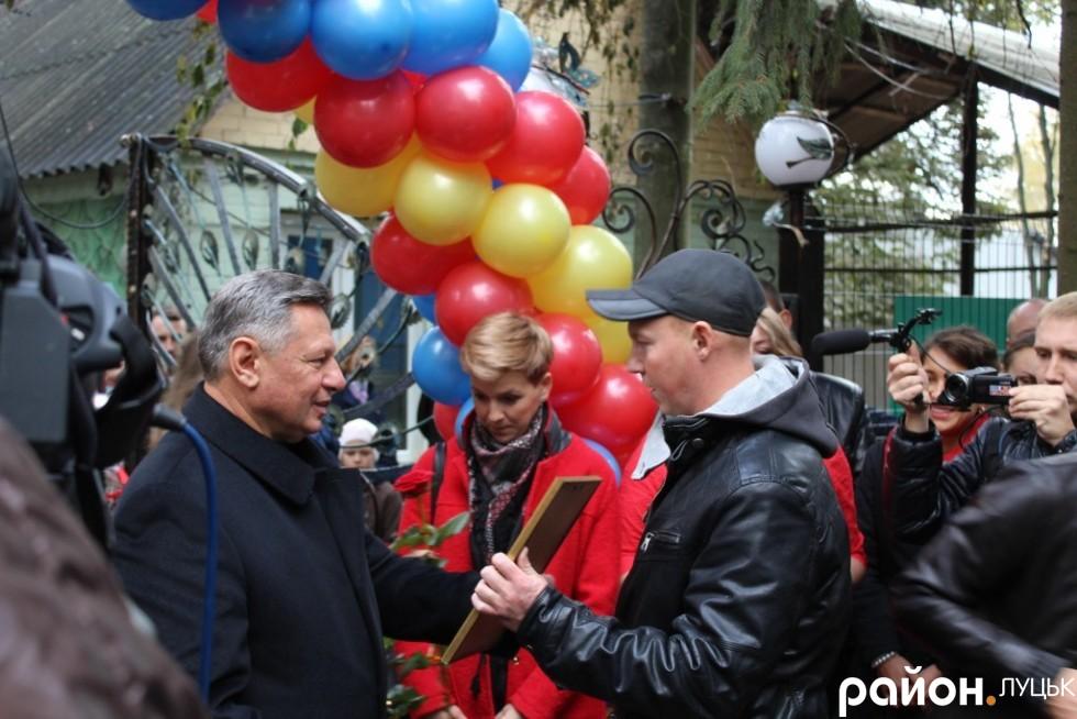 Микола Романюк нагородив будівельників, які здійснювати реконструкцію