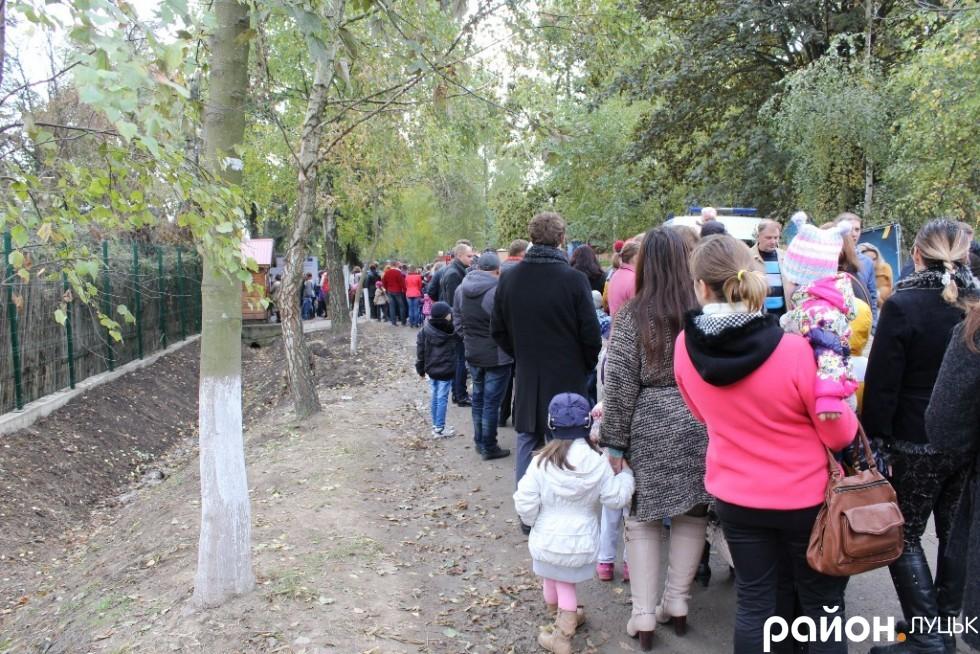 Щоб потрапити до зоопарку, лучани вишикувалися у чергу