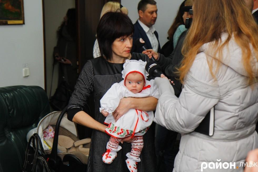 Волонтер та депутат від Народного контролю Анна Мовяк на на перше засідання нової міськради прийшла зі своєю новонародженою донечкою