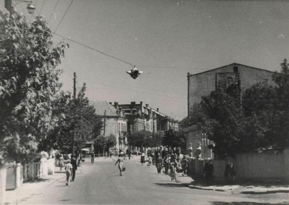 Післявоєнне фото. Братський міст, на якому ще стоять бюсти 4 польських класиків