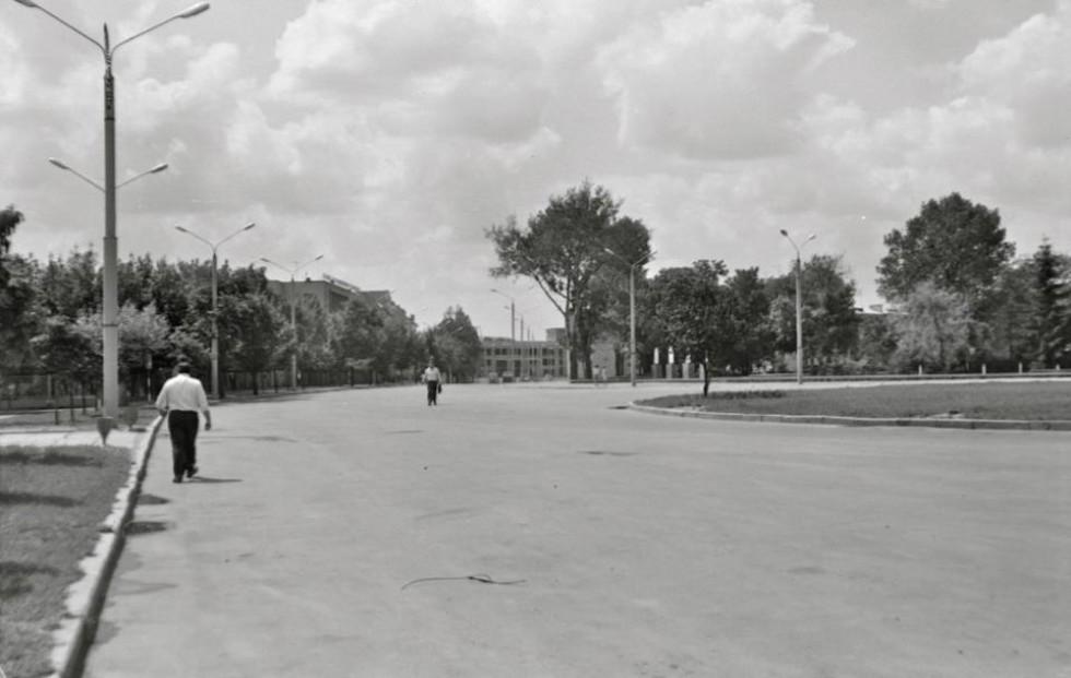 Площа перед істфаком. На задньому плані будують палац піонерів