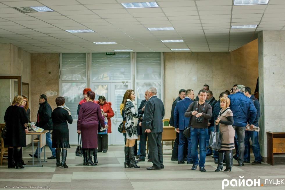 Депутати, чиновники і журналісти першими прийшли на захід