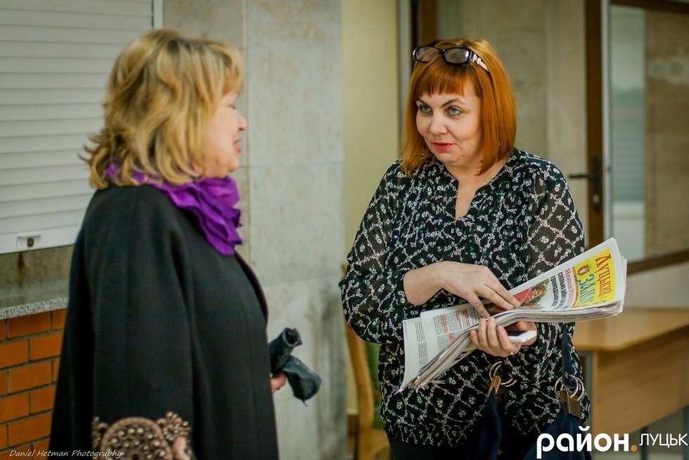 Перед початком звітування у холі Палацу учнівської молоді роздавали комунальну газету