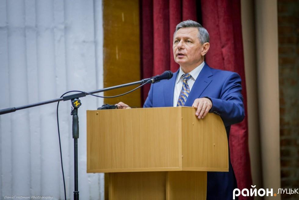 Микола Романюк зосереджений, але повсякчас апелює до залу