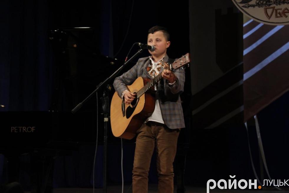 Хлопець виконав авторську пісню про АТО