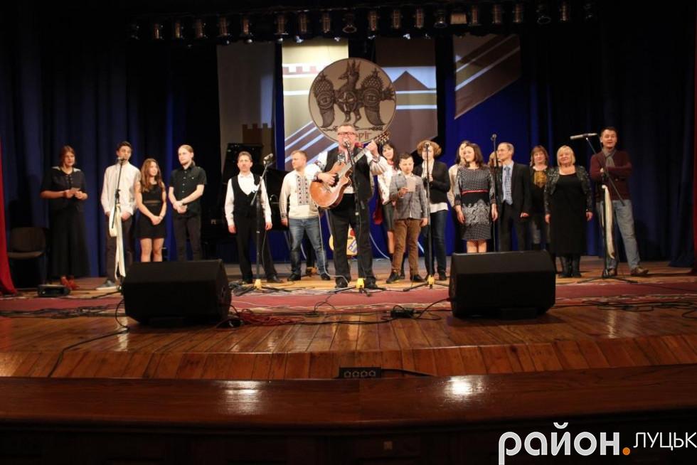 Завершили фестиваль спільним виконанням пісні «Волинь» гурту «Чорні черешні»