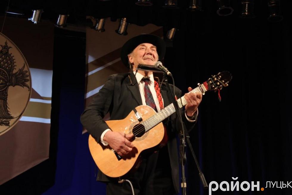 Валерій Маренич дивував лучан співами та синхронною грою на гітарі та губній гармоніці