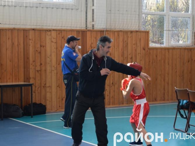 Тренер готує юного бійця до першого поєдинку