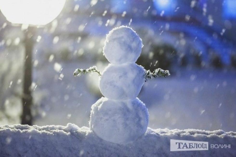 Сніговик у місті, який зробили лучани
