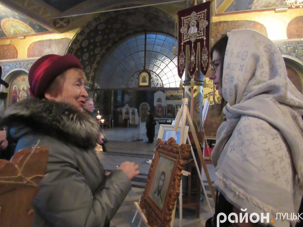 Донька Юлії Токарської Анастасія розмовляє з відвідувачкою виставки