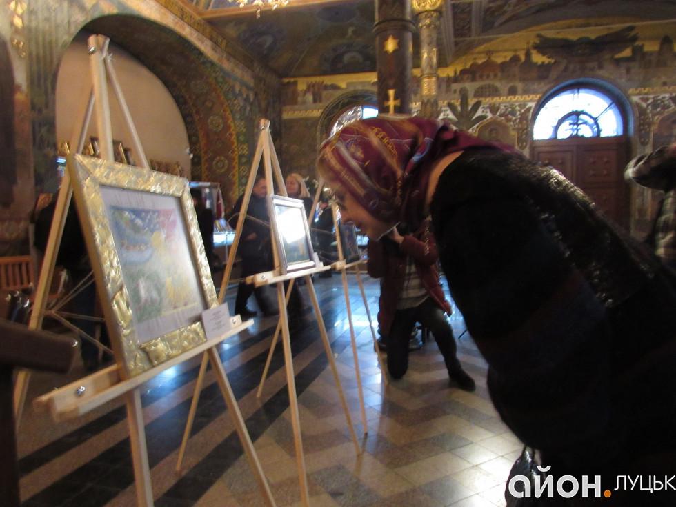 Ганна Герман приглядається до картити Юлії Токарської