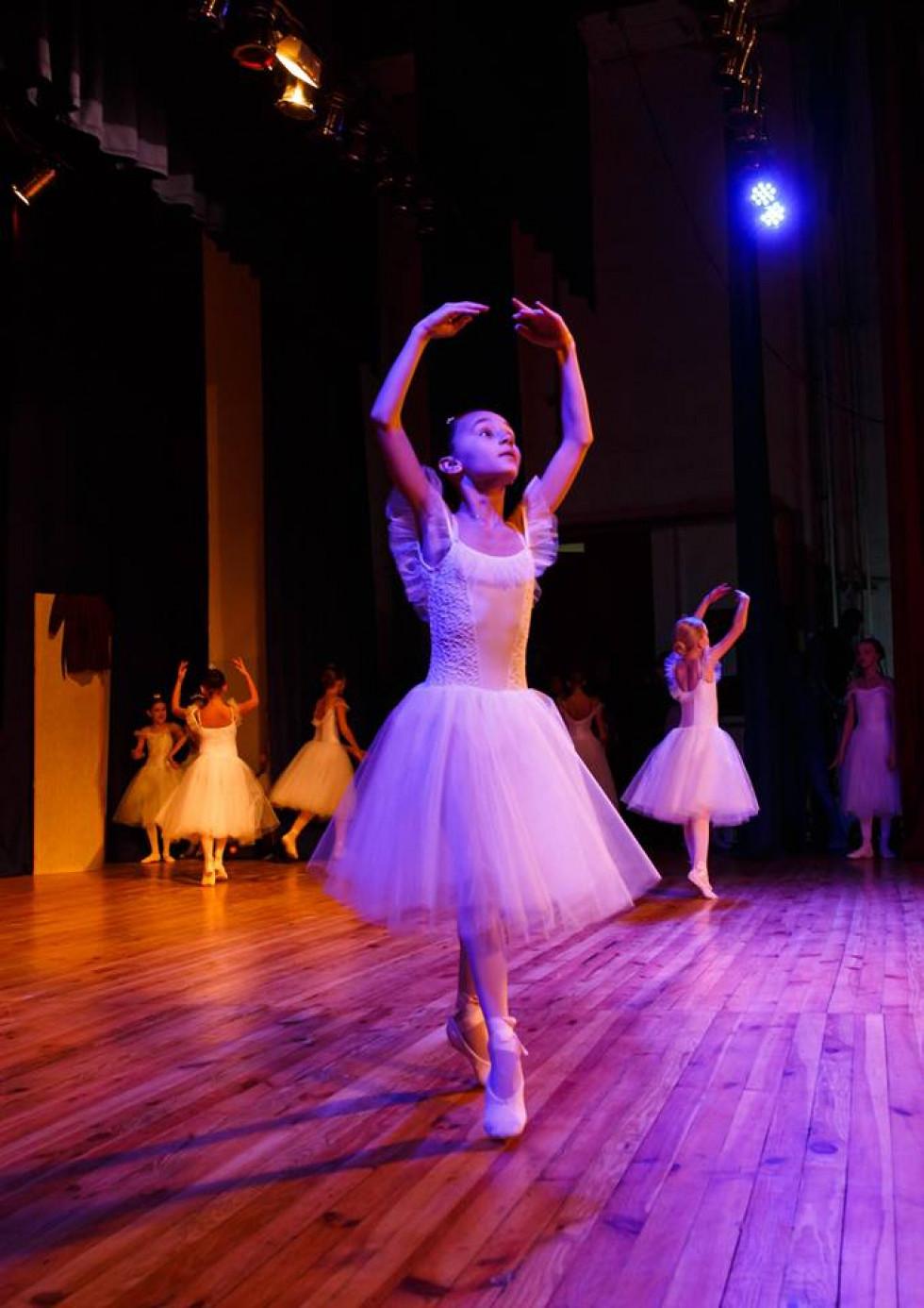Балерина в білій сукні