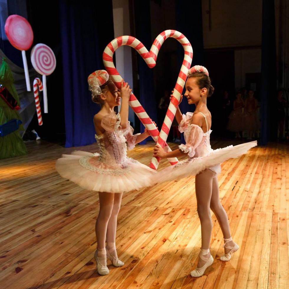Дві балерини з цукеркою