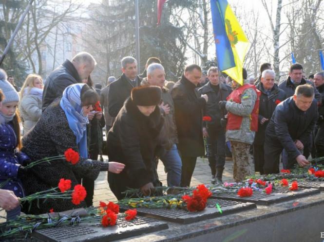 Лучани покладають квіти до пам'ятника воїнам-афганцям