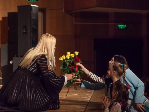 Тоні Матвієнко дарують квіти