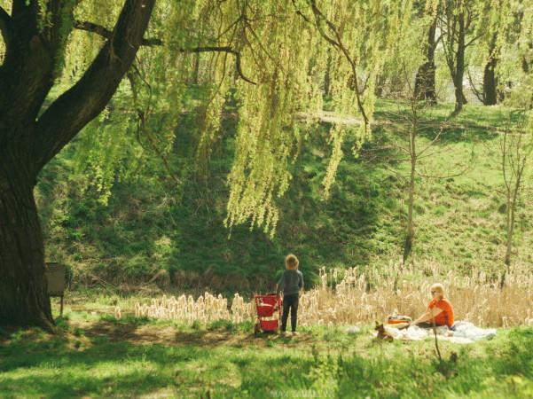 Люди відпочивають у парку 900-річчя