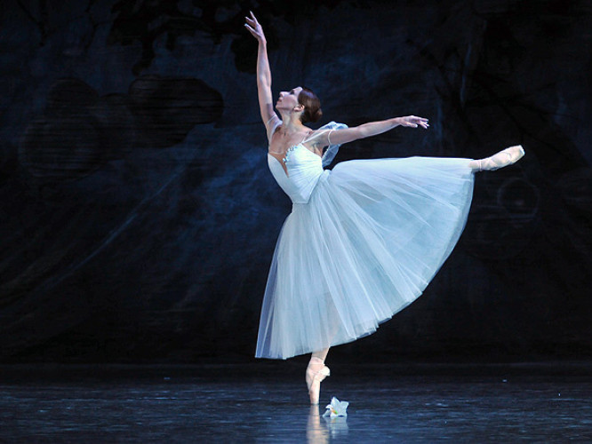 Балерина танцює