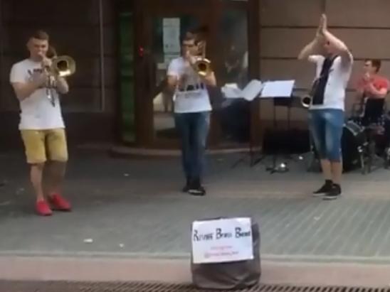Гра вуличних музик на вулиці Лесі Українки