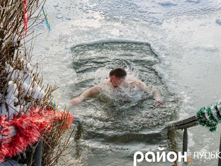 Водохреще 2021: у Луцьку відчайдухи пірнали у крижану воду