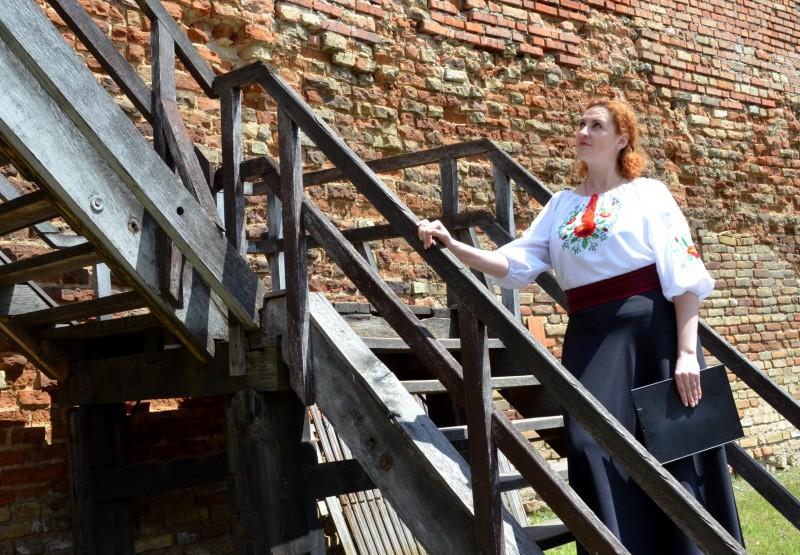 Ведуча Олена Мартинович чекає гостей, що забарились на вежі.