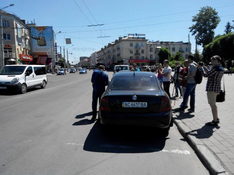 Проспект Волі. Автоандони припаркувалися прямо на пішохідному переході