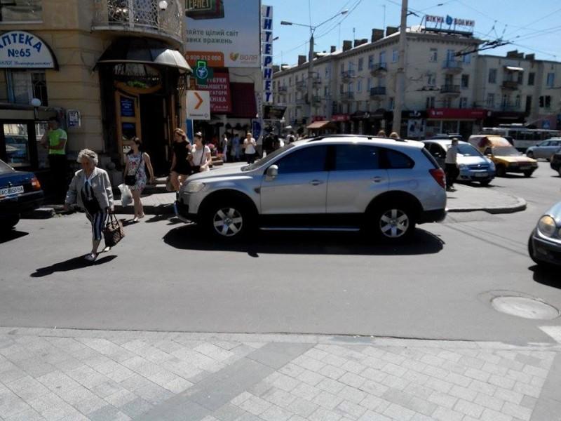 Автоандони з лівої сторони від ЦУМу. Справа-автостоянка.