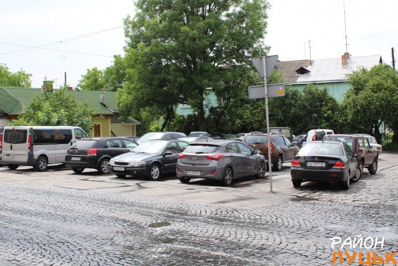 Парковка біля Луцької міської ради