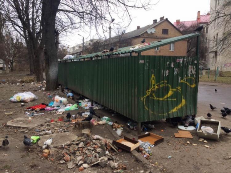 сміття на вулиці Євгена Коновальця