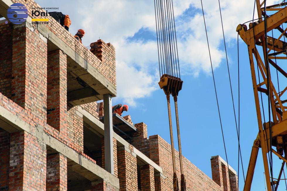 Будівельники на третьому будинку