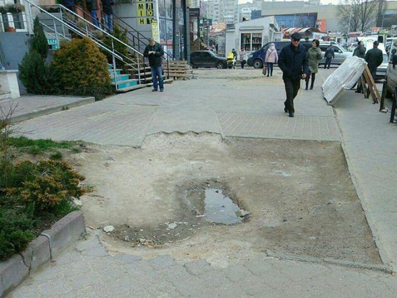 Поруйнований тротуар на Кравчука