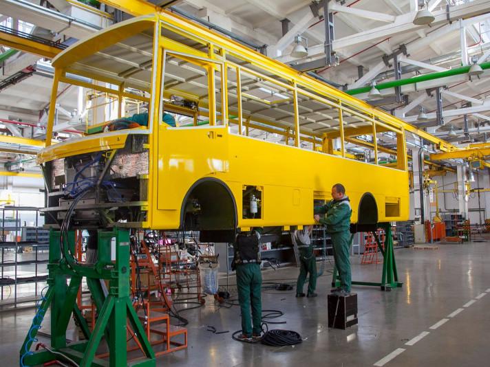 процес виготовлення шкільних автобусів