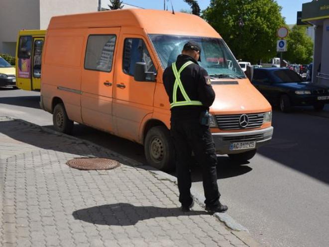 працюють інспектори з паркування