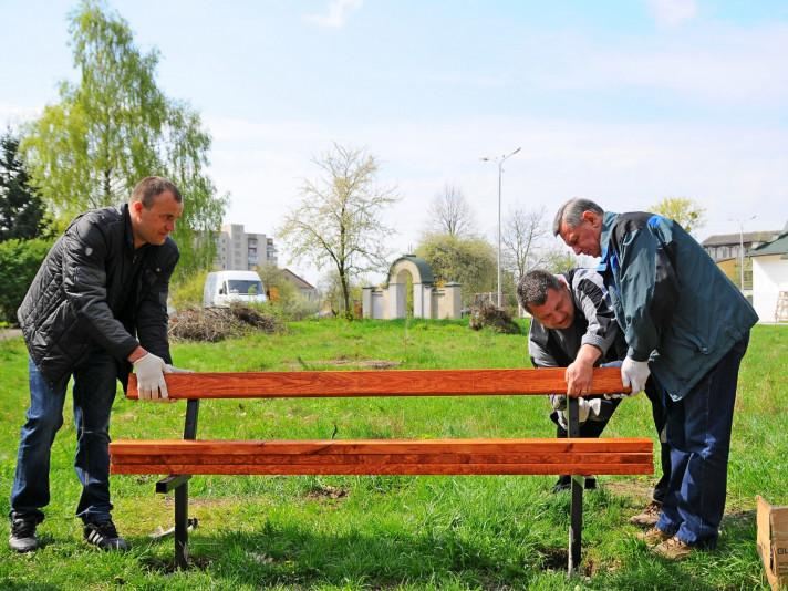 Петро Нестерук (зліва) та нині покійний міський голова Микола Романюк (крайній справа) монтують лавку в парку 900-річчя Луцька