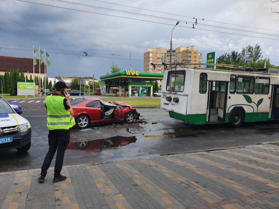 На Рівненській автомобіль врізався у тролейбус