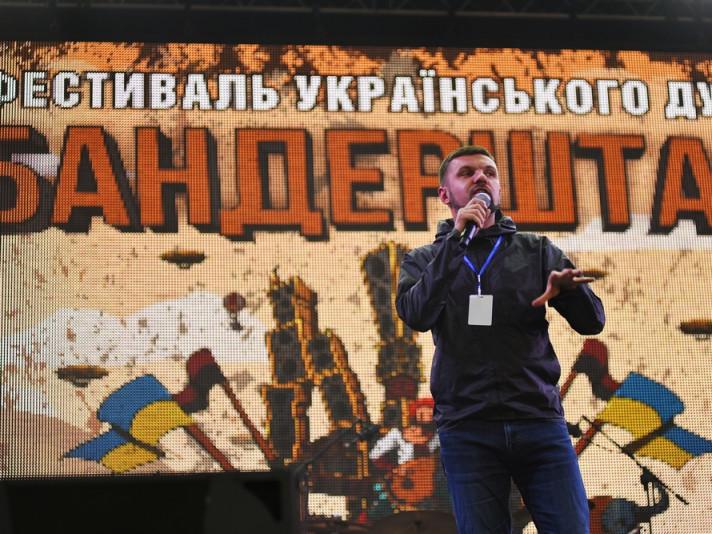 Голова оргкомітету фесту Ігор Гузь на сцені «Бандрештату»