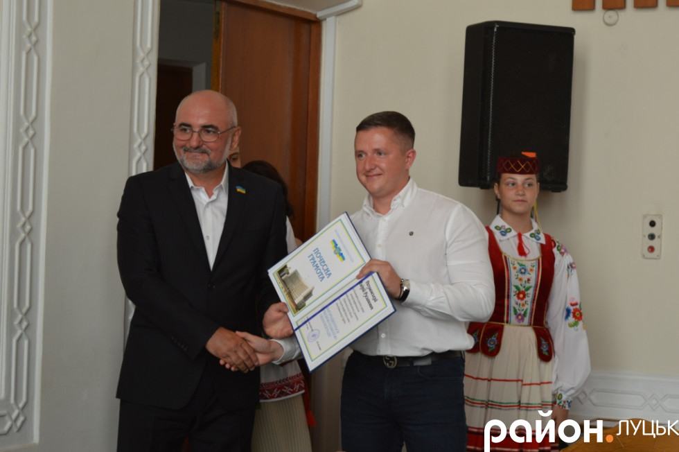 Роман Карпюк нагороджує Андрія Разумовського