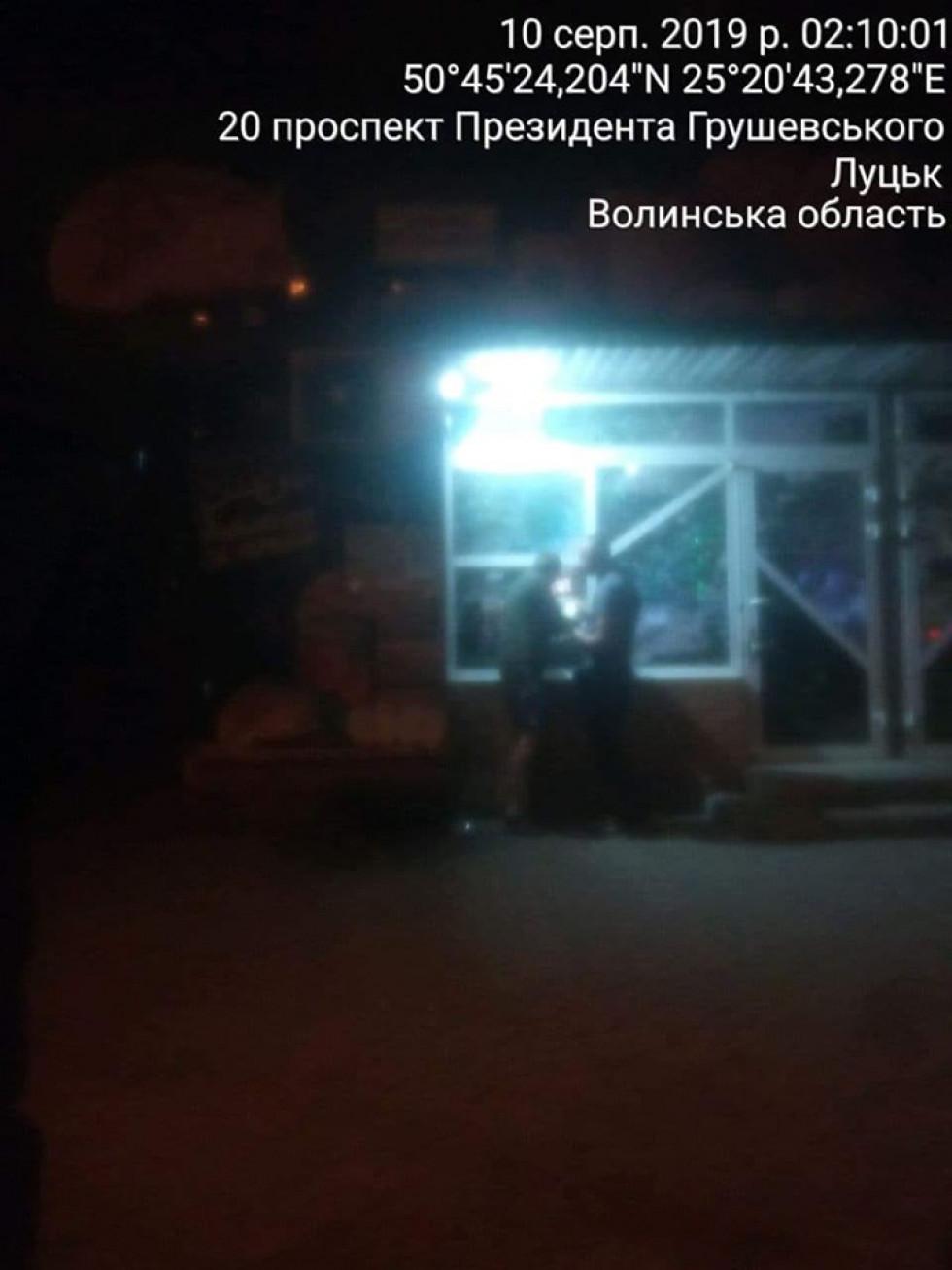 По вулиці Грушевського 20б вночі торгували алкогольними напоями