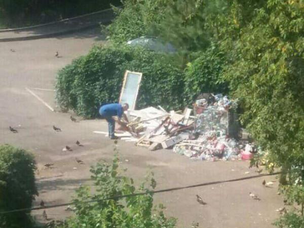лучанин завалив двір сміттям