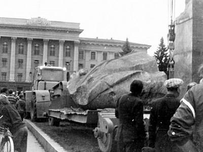 повалений Ленін у Луцьку