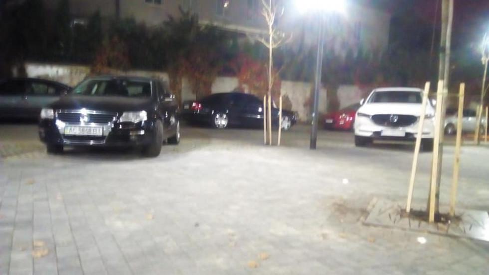 У новому сквері Луцька почали паркувати авто