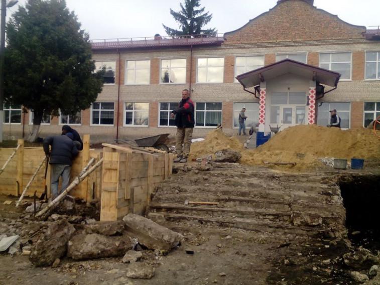 У Садові ремонтують шкільні сходи