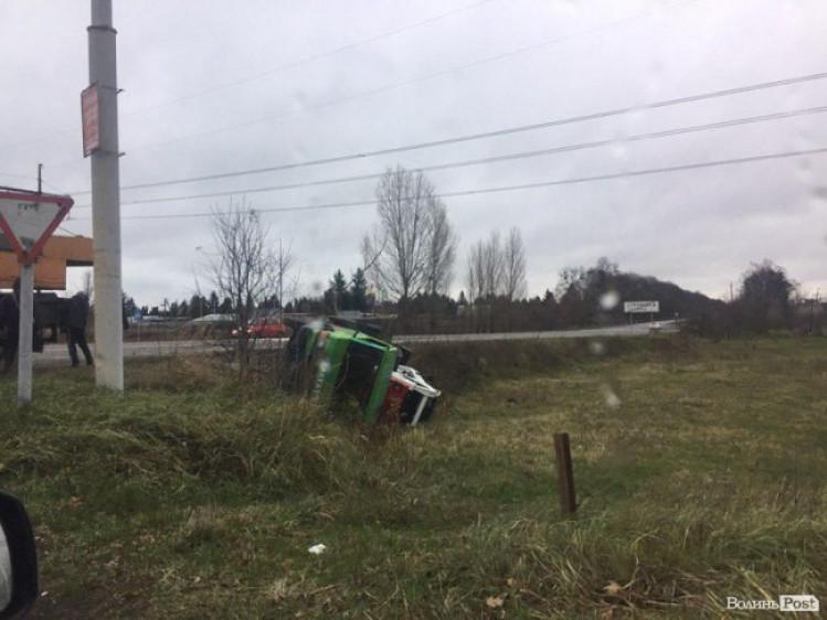 У Струмівці евакуатор з автомобілем злетів у кювет